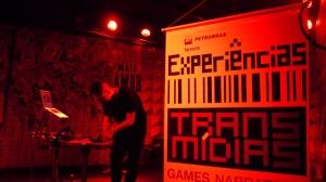 Banner do projeto com o artista Nullsleep durante o show de Chiptune, no qual usou 2 gameboys para fazer a música